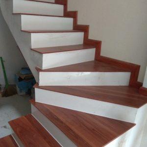 cầu thang gỗ cổ đá trắng