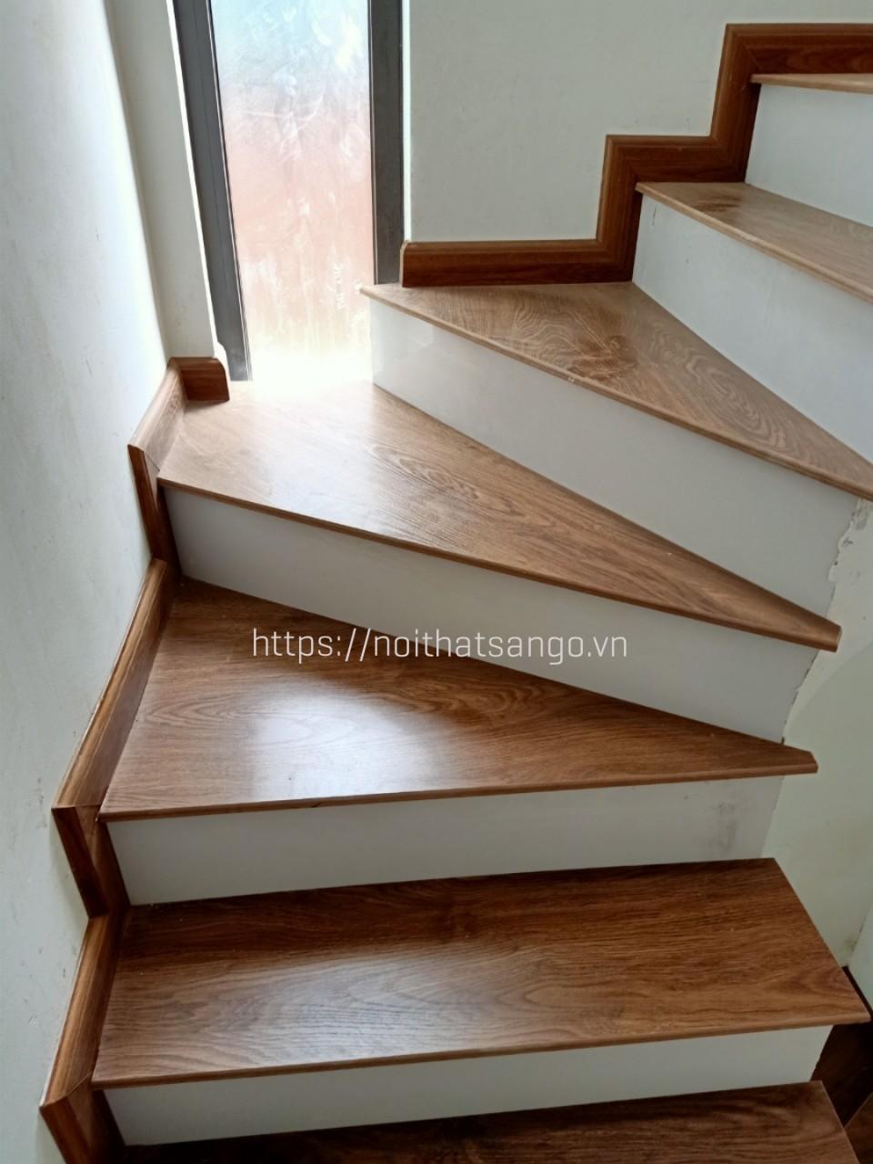 mặt bậc cầu thang soi tròn đầu mũi
