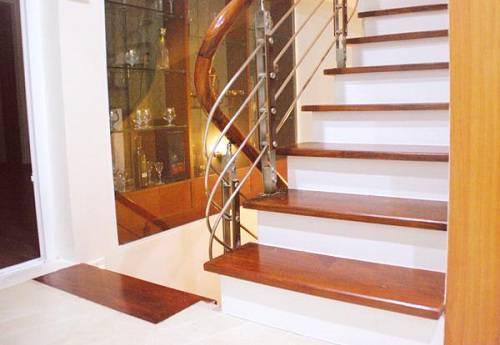 Sàn gỗ công nghiệp ốp cầu thang